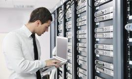 Jeunes il ingénieur dans la pièce de serveur de datacenter Images stock