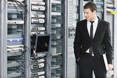 Jeunes il ingénieur dans la pièce de serveur de datacenter Image stock