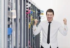 Jeunes il ingénieur dans la pièce de serveur de datacenter Photo stock