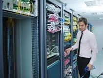 Jeunes il ingénieur dans la pièce de serveur de datacenter Image libre de droits