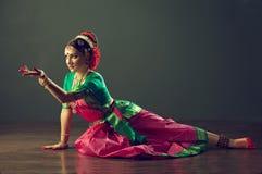 jeunes indiens de femme blanc de danse de fond Image libre de droits