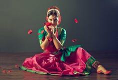 jeunes indiens de femme blanc de danse de fond images libres de droits