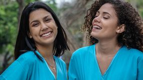 Jeunes infirmières hispaniques féminines heureuses photos libres de droits