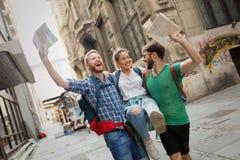 Jeunes itinérants ayant l'amusement dans la ville Images stock
