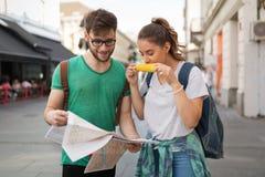 Jeunes itinérants ayant l'amusement dans la ville Photographie stock