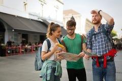 Jeunes itinérants ayant l'amusement dans la ville Photos libres de droits