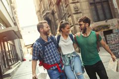 Jeunes itinérants ayant l'amusement dans la ville Image stock
