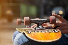 Jeunes jambes de planchiste faisant de la planche à roulettes au skatepark dehors Photographie stock