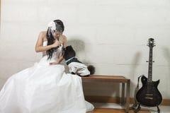 Jeunes jeune mariée et chien Images stock