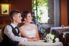 Jeunes jeunes mariés Photos stock