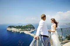 Jeunes jeunes mariés de couples dans le jour du mariage à Naples, Italie Image stock
