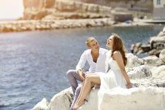 Jeunes jeunes mariés de couples souriant et détendant près de la mer, Naples, Italie Images stock