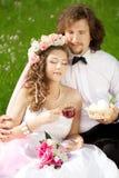 Jeunes jeunes mariés dans l'amour Images stock