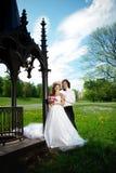 Jeunes jeunes mariés dans l'amour Image libre de droits