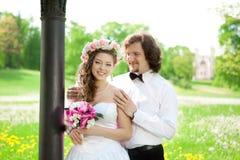 Jeunes jeunes mariés dans l'amour Image stock