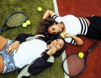 Jeunes jolies amies accrochant sur le court de tennis, stylis de mode Photo stock