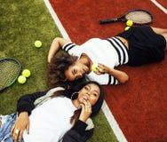 Jeunes jolies amies accrochant sur le court de tennis, stylis de mode Photos libres de droits