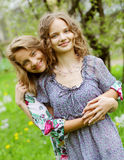 Jeunes jolies amies au-dessus de fond de nature Images libres de droits