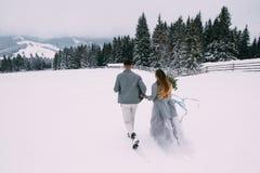 Jeunes jolies paires d'amants L'hiver datte Une paire d'amants une date dans les montagnes image stock