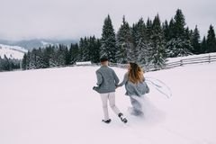 Jeunes jolies paires d'amants L'hiver datte Une paire d'amants une date dans les montagnes Photo libre de droits
