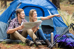 Jeunes jolis couples de randonneur se reposant à un pointage de tente images stock