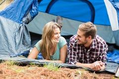 Jeunes jolis couples de randonneur se situant dans une tente photo stock