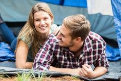 Jeunes jolis couples de randonneur se situant dans une tente photographie stock libre de droits