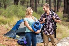 Jeunes jolis couples de randonneur tenant un sac de couchage et un sac à dos photos stock