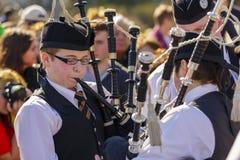 Jeunes joueurs de cornemuse au défilé du jour de St Patrick Photos stock