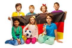 Jeunes joueurs de football allemands avec une tasse et une boule Photos stock