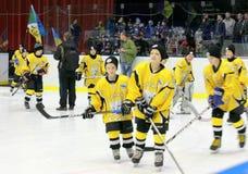 Jeunes joueurs de hockey images stock
