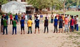 Jeunes joueurs se tenant ensemble dans une photo unique de champ images libres de droits