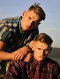 Jeunes jumeaux beaux élégants dans des chemises à carreaux Photos libres de droits