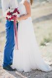 Jeunes juste ménages mariés heureux posant sur le dessus de la montagne Images stock