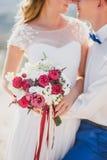 Jeunes juste ménages mariés heureux posant sur le dessus de la montagne Photo libre de droits