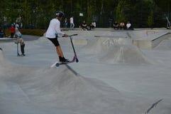 Jeunes kickbikers dans Leppävaara Skatepark Espoo, Finlande images stock