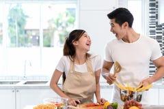 Jeunes légumes asiatiques de tranche de coupe de femme faisant à salade la nourriture saine Photo stock