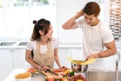 Jeunes légumes asiatiques de tranche de coupe de femme faisant à salade la nourriture saine Photos stock