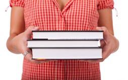 Jeunes livres de fixation d'écolière Photo stock