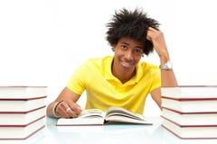 Jeunes livres de lecture d'étudiant d'afro-américain - personnes africaines Photo stock