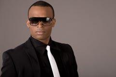 Jeunes lunettes de soleil s'usantes ethniques d'homme d'affaires Photo stock
