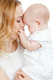 Jeunes mère et chéri dans des ses mains photographie stock libre de droits