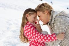 Jeunes mère et descendant des vacances de l'hiver photographie stock libre de droits