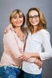 Jeunes mère et fille d'une cinquantaine d'années de sourire Photos libres de droits
