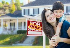 Jeunes mère et fils devant vendu pour le signe de Real Estate de vente Photo libre de droits
