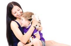 Jeunes mère et fils heureux ainsi que des chatons Images stock