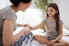 Jeunes mère heureuse et fille bénéficiant du traitement de beauté à la maison Photo stock