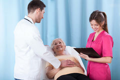Jeunes médecins parlant avec le patient Images stock