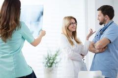 Jeunes médecins travaillant à l'hôpital Image libre de droits
