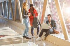 3 jeunes métis de groupe d'étudiants d'entrepreneurs ou d'adultes autour Images stock